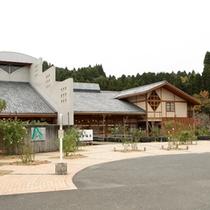 外観/串間市街地から少し離れた都井岬の近傍に所在し、周辺は山や田園風景が広がります。