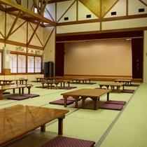 大広間/ステージ付。また、ご宴会をはじめ、20名様以上の団体様のみ宿泊スペースとしてもご利用可能。