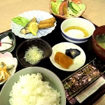 朝食(一例)/栄養を考えた和定食をご用意。
