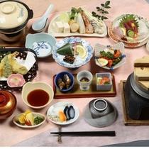 料理(和風会席)/串間の素材をふんだんに使用した、山海の幸で彩り鮮やかな和風会席。
