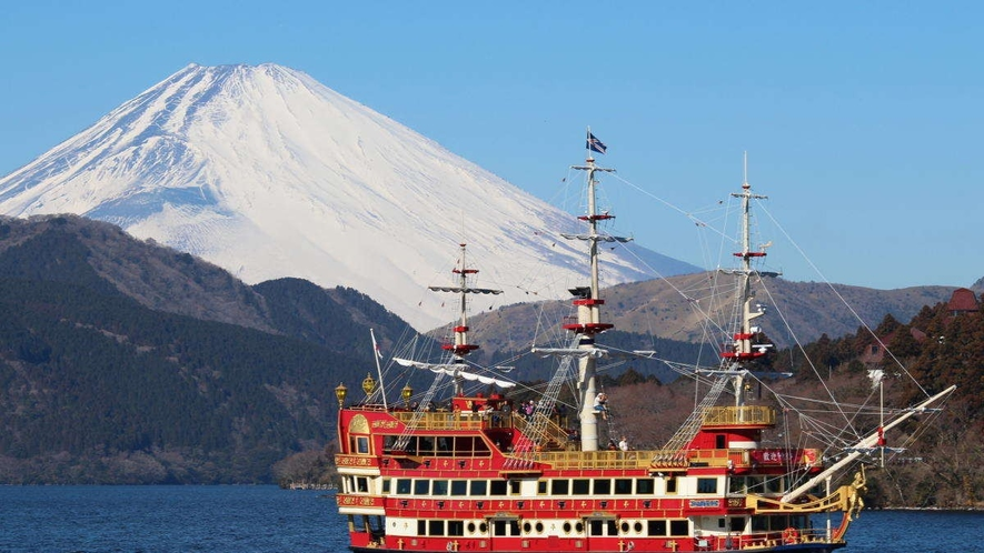【箱根観光船】元箱根港までは当館から車で焼く20分。芦ノ湖で人気の海賊船です。