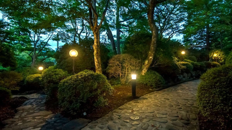 【庭園】施設内には緑に囲まれた森のなかのような小道も♪