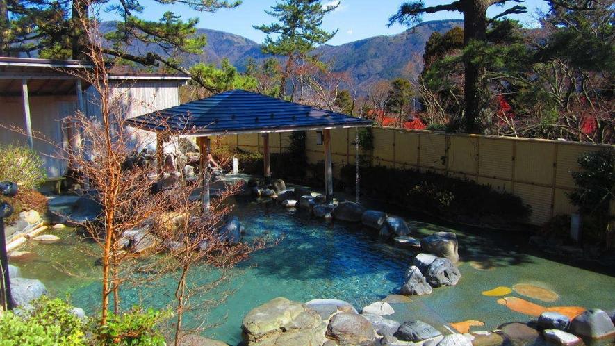 【ユネッサン】「森の湯」の露天風呂では箱根外輪山の絶景を楽しめます。