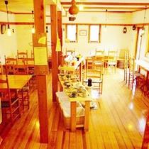 *【カフェ】店内は木のぬくもりが感じられ、落ち着いた雰囲気となっております。