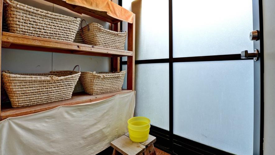 *貸切露天風呂(脱衣所)/一歩外に出ると、温かい湯船がございます。