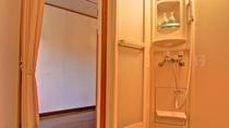 *客室TypeA(ツイン)/シャワールーム。湯船は内湯と露天風呂が館内にございます。