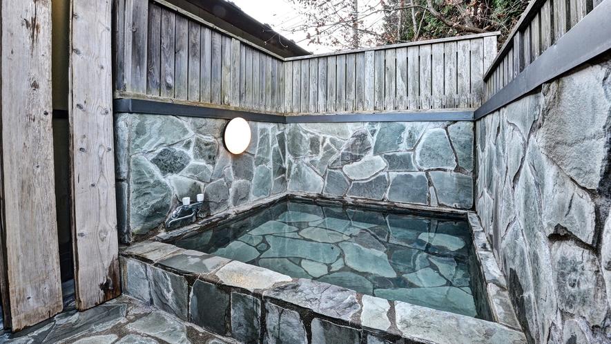 *貸切露天風呂/開放的な空間で、ご入浴をお楽しみ頂けます。