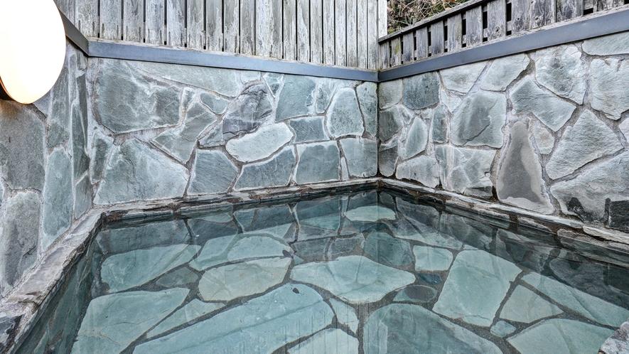 *貸切露天風呂/外の空気が心地よく、ゆっくりとご入浴いただけます。