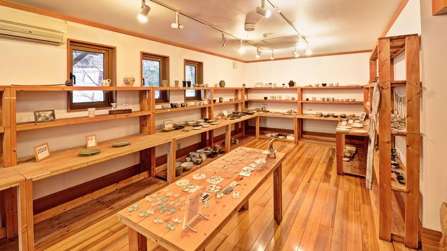 *ギャラリー/益古時計自慢のギャラリーは益子焼き等、展示しております。
