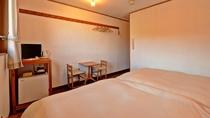 *客室TypeA(ツイン)/暖かい照明と、木のぬくもり溢れるお部屋です。