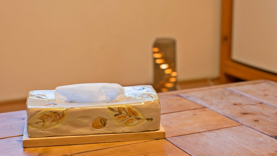 *客室一例/益子焼きのティッシュボックス。こだわりのインテリアです。