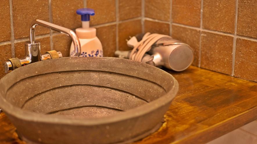 *客室一例/益子焼の洗面所です。益古時計ならではの滞在をお愉しみください。