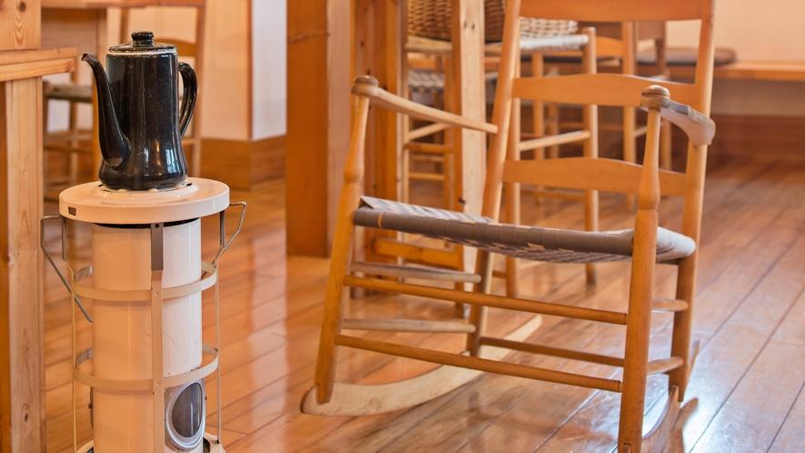 *カフェ/オーナー夫婦手作りの家具は、宿と共に歩み続けます。