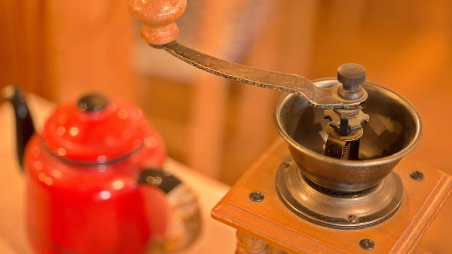*カフェ/益古時計に似合う生活雑貨が並びます。