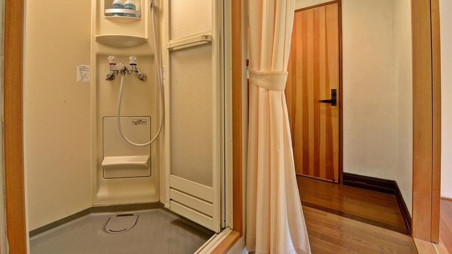 *客室(和室10畳)/シャワールーム。湯船は内湯と露天風呂が館内にございます。