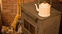 *ロビー・暖炉/本物の薪でストープを焚いております。