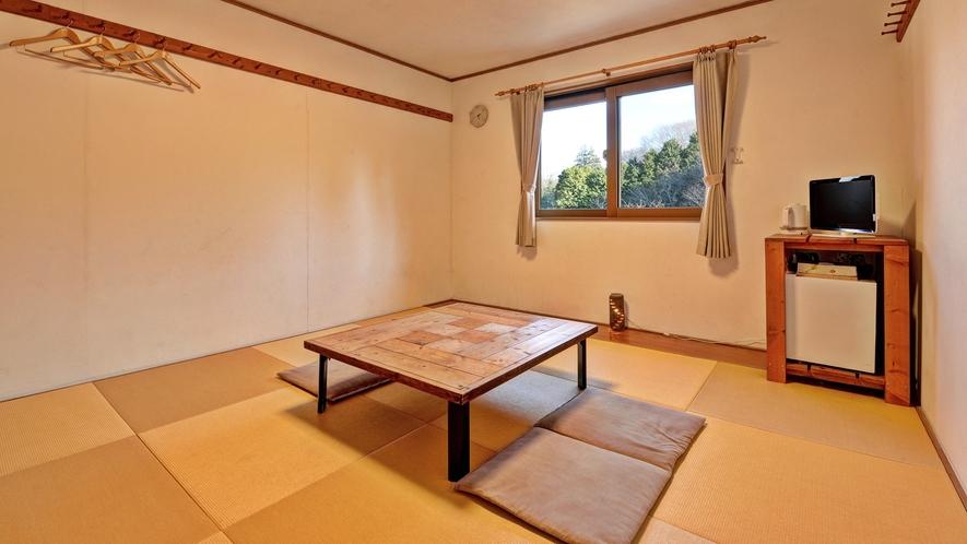 *客室(和室10畳)/窓の外からは美しい自然を眺められます。