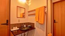 *客室TypeA(ツイン)/細部までインテリアにこだわった、益子焼きの洗面器です。