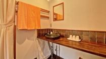 *客室(和室10畳)/細部までインテリアにこだわった、益子焼きの洗面器です。