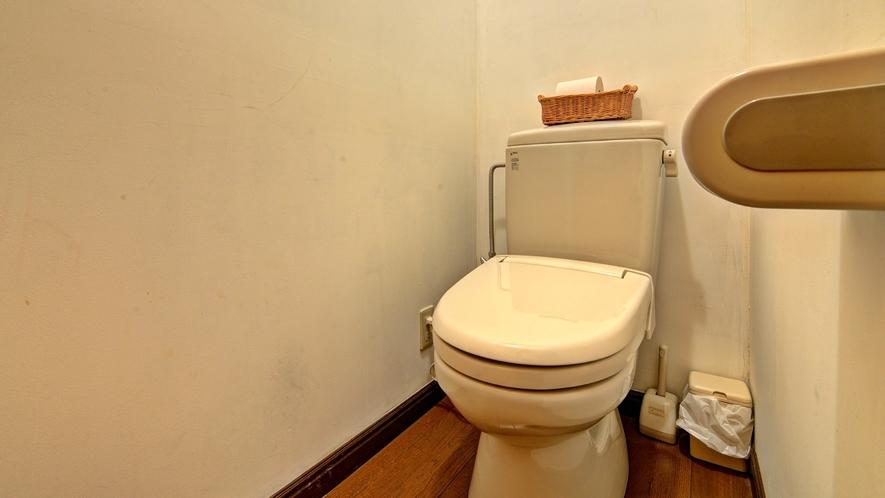*客室(和室10畳)/お手洗い。各部屋に個別にトイレが付いております。
