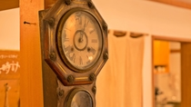 """*フロント/益""""古時計""""は、宿の歩みを見守り続けます。"""