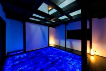 Room1「天空の庭」(1F)青い幻想的な空間が広がります
