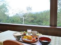 【朝食】森を眺めながらゆったりと。