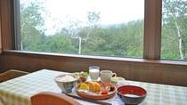 【朝食】森を眺めながらゆったりとお食事をお楽しみください