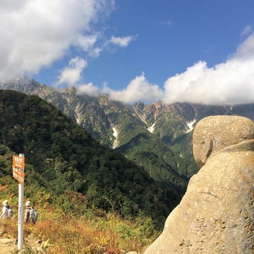 五竜岳を見守るお地蔵さん