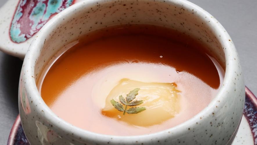 空也蒸しと言って、茶わん蒸しの中に豆腐が入った一品。上の餡と豆腐が調和して味わい深い♪