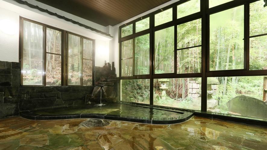 大きな窓の外には竹林と灯篭が♪和の雰囲気に心も身体も癒されます。