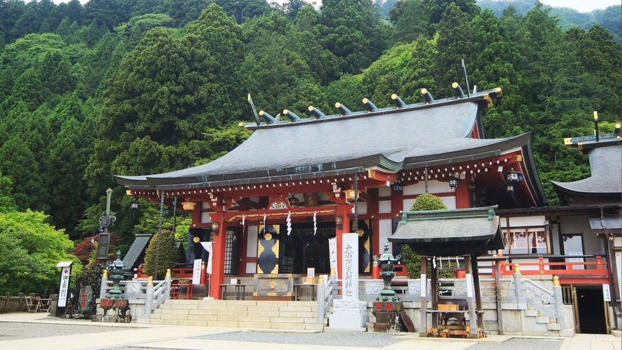 大山阿夫利神社下社です。ケーブルカーの駅からすぐにあり、下社を過ぎると本社へ向かう参道があります。
