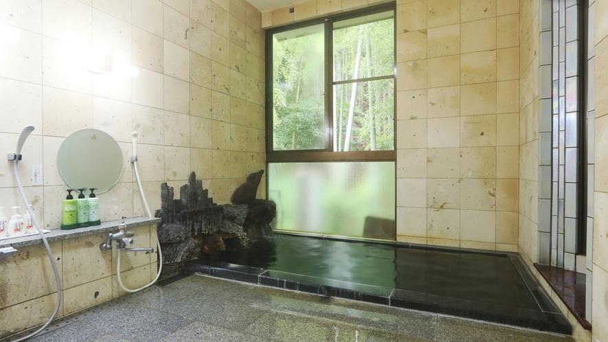 総大理石の浴室で、お湯は大山の伏流水です。