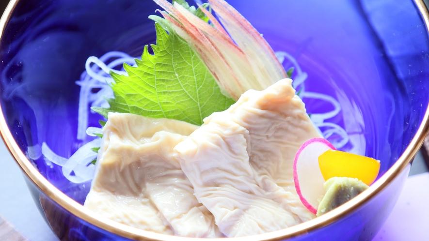 湯葉刺しは薬味と少しの醤油で♪素材の味を楽しめます。