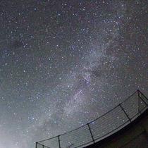 *星空/宿を一歩でると見渡す限りの星空が皆さまを包み込むように広がります。
