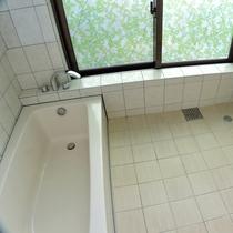 *バスルーム/大きな窓が明るい浴室。洗い場が広くファミリーにも使いやすい♪