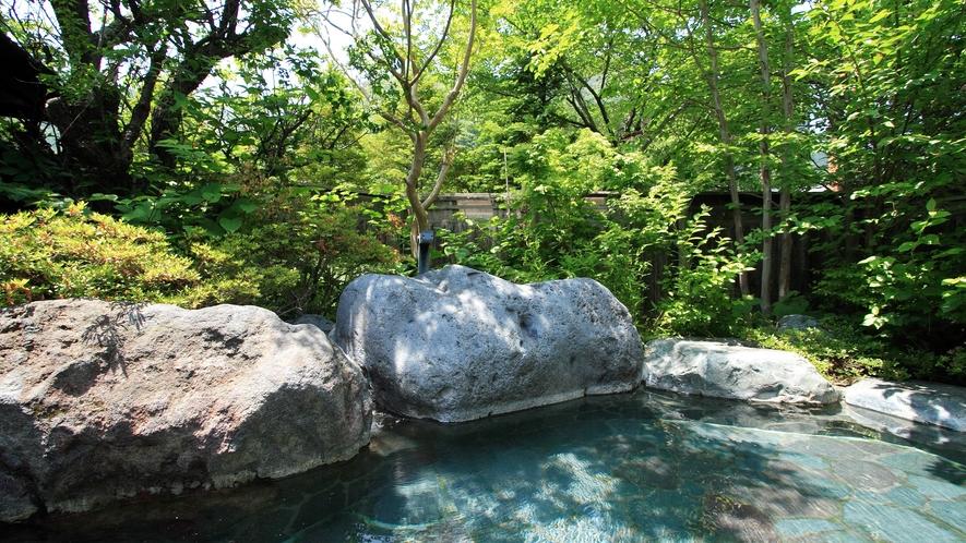 *開放的な空間の露天風呂で癒しのひととき…