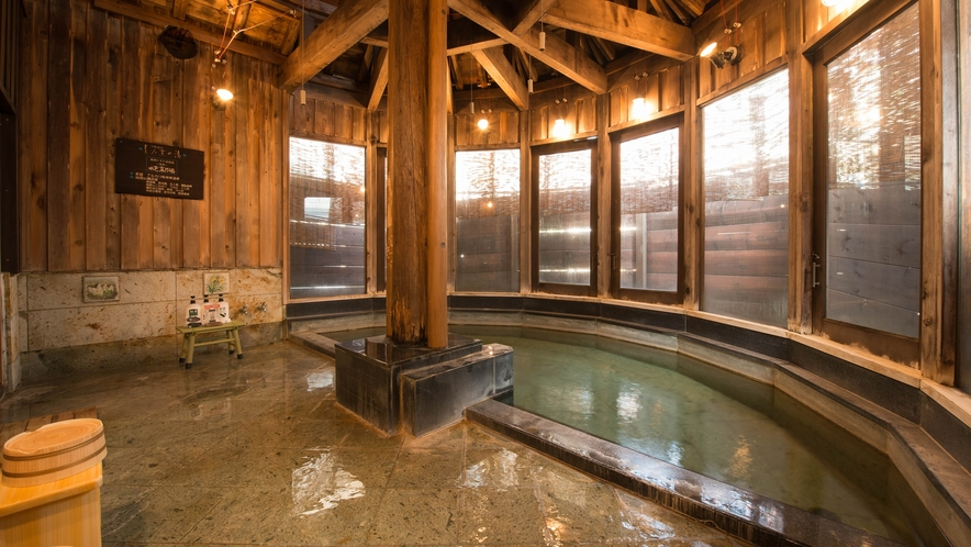 *美人蕉(ひめばしょう)の湯/女性大浴場。天井が高く、梁の歴史が深い大浴場です