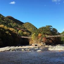 *吹割の滝/紅葉シーズンが特に人気、滝の音とイオンを浴びながら山の紅葉も味わえる絶景ポイント