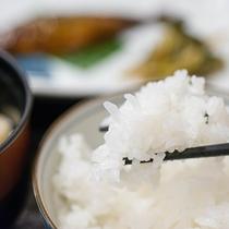 *朝食/湧き水で炊いたごはんはふっくら甘く、そのままでも美味しい一品