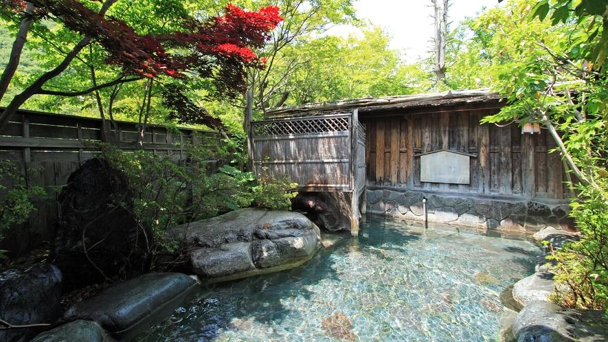 *澄んだ空気に囲まれた、季節の風が心地よい露天風呂