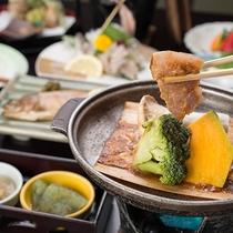 *和豚の陶板焼き(夕食一例)/甘辛のたれが絡んだ豚肉と野菜が、焼くことで更に甘みがじんわりと
