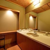 *【部屋】モダンな印象を与えます落ち着いた照明の洗面室。