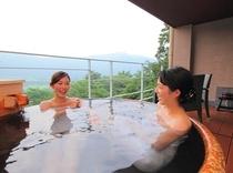 客室露天風呂一例(信楽焼)