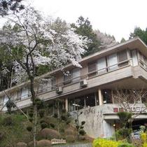 *大阪市内、京都市内から車で約1時間の大自然(外観:春)
