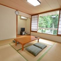*【槻の郷荘】本館の二階にある和室客室。窓からは園内の景色と緑が眺められます