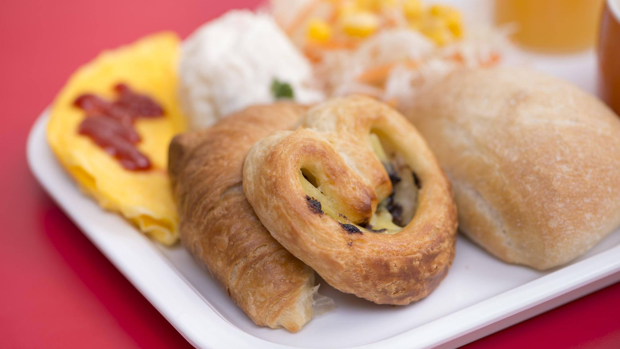 【朝食無料】スタッフが心を込めて焼き上げるパンは日替わりで種類が変わります