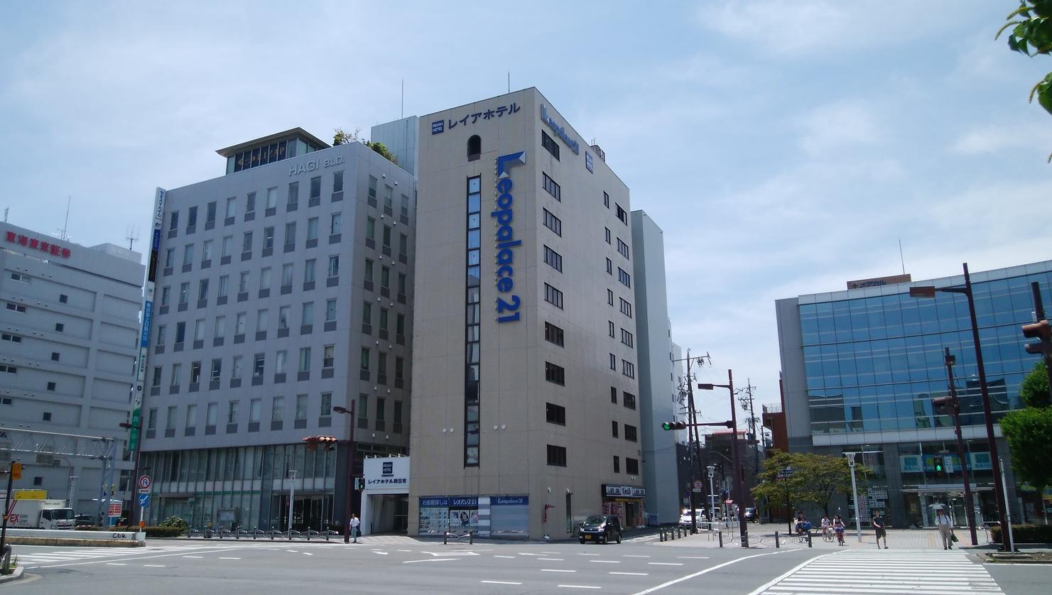 近鉄四日市駅南改札西出口より中央通り沿いを徒歩約2分。ホテル外観。