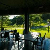 【レストラン】自然に囲まれた空間