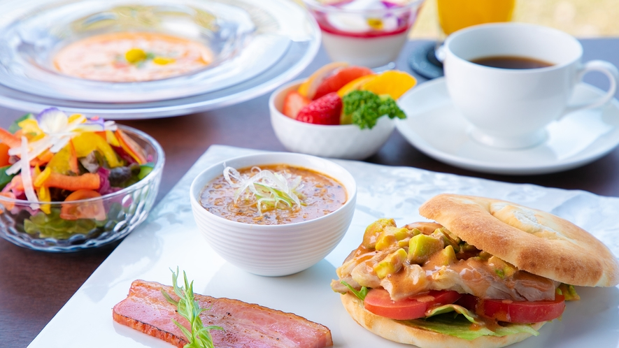 朝食イメージ【洋朝食】澄んだ空気と緑の景色で気軽に楽しむフォカッチャサンド
